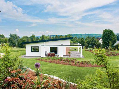 Stilvolle Außengestaltung: Die großzügige Terrasse lädt zu einem Sonnenbad an warmen Tagen ein.